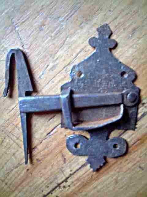 loquet en fer forg style art populaire avec son crochet antiquites brocante objets fer forg. Black Bedroom Furniture Sets. Home Design Ideas