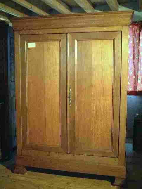 armoire l p en ch ne ancienne tiroir bas en fa ade. Black Bedroom Furniture Sets. Home Design Ideas