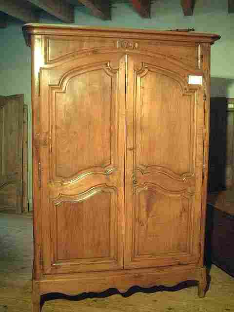 armoire l xv en merisier ancienne motifs scult s antiquites brocante meubles anciens. Black Bedroom Furniture Sets. Home Design Ideas