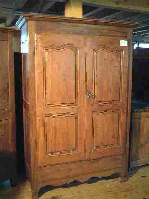 armoire ancienne campagnarde noyer et merisier style l xv antiquites brocante meubles anciens. Black Bedroom Furniture Sets. Home Design Ideas