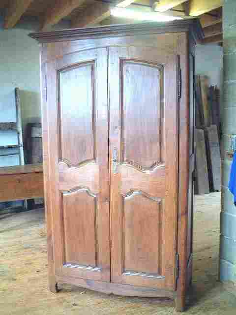armoire ancienne louis 15 rustique en merisier antiquites. Black Bedroom Furniture Sets. Home Design Ideas
