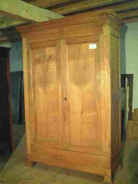 armoire louis philippe en merisier clair ancienne. Black Bedroom Furniture Sets. Home Design Ideas