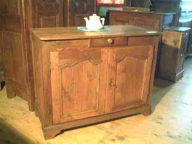 bahut bas l xv rustique ancien en noyer et tilleul antiquites brocante de la tour meubles anciens. Black Bedroom Furniture Sets. Home Design Ideas