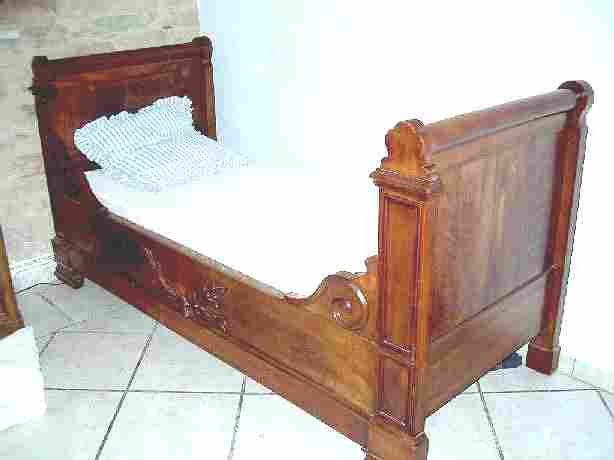 lit de s minariste ancien en noyer en tr s bon tat antiquites brocante de la tour meubles. Black Bedroom Furniture Sets. Home Design Ideas