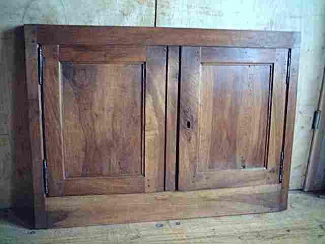 Une paire de portes basses ancienne en noyer avec cadre for Meuble ancien une porte