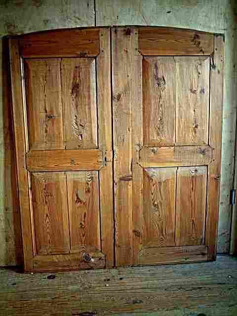 Une paire de portes ancienne de la loz re en pin for Meubles anciens en pin