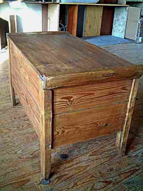 petit coffre en pin auvergnat rustique brocante de la tour meubles anciens. Black Bedroom Furniture Sets. Home Design Ideas