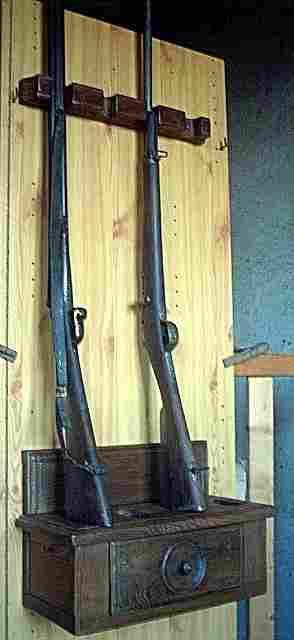 un porte fusil en bois ancien pouvant contenir 4 fusils antiquites brocante meubles anciens. Black Bedroom Furniture Sets. Home Design Ideas