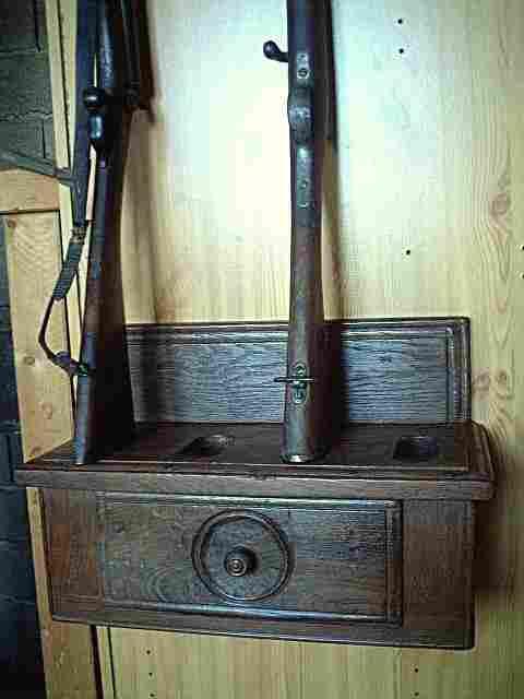 Un porte fusil en bois ancien pouvant contenir 4 fusils for Meuble porte fusils bois