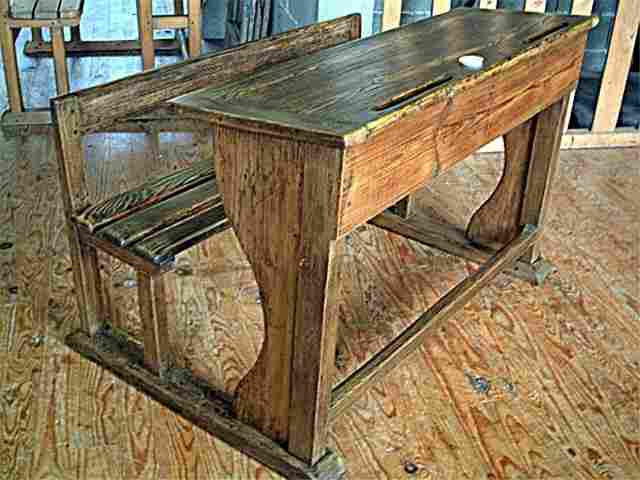 Pupitre d 39 colier rustique et ancien encrier en for Table d ecolier en bois