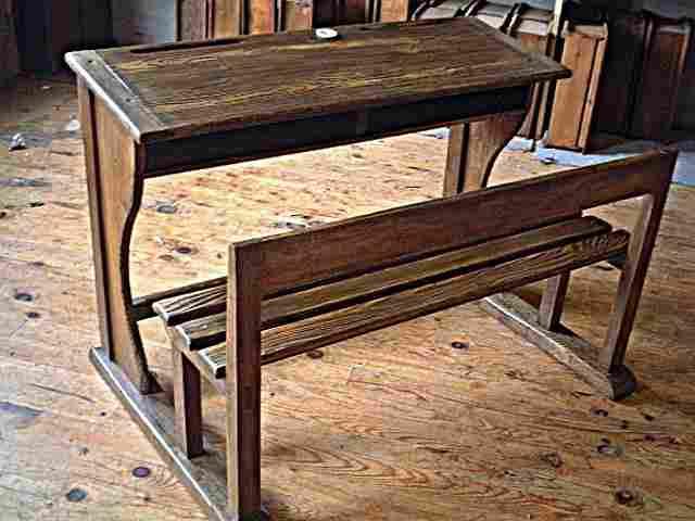 pupitre d 39 colier rustique et ancien encrier en porcelaine blanche meubles anciens bureaux. Black Bedroom Furniture Sets. Home Design Ideas