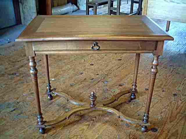 table bureau en noyer louis 16 avec un joli empi tement antiquites brocante de la tour. Black Bedroom Furniture Sets. Home Design Ideas