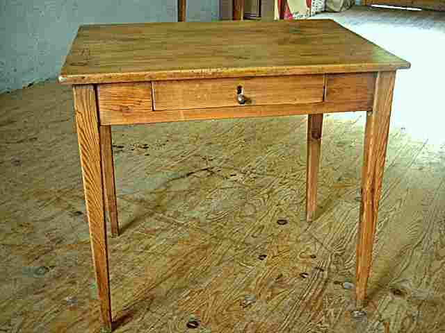Table bureau en pin avec un tiroir en fa ade meubles for Bureau en pin