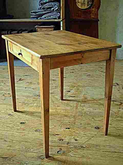 table bureau en pin avec un tiroir en fa ade meubles anciens photos tables bureau. Black Bedroom Furniture Sets. Home Design Ideas