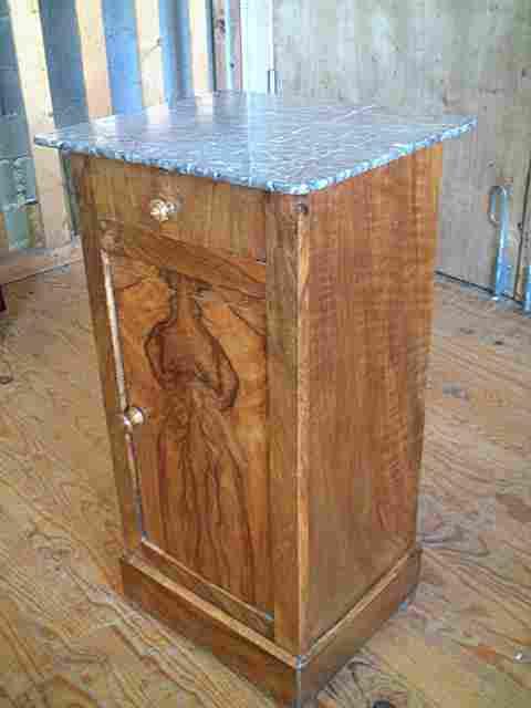 table de nuit placage noyer dessus marbre gris antiquites brocante de la tour meubles anciens. Black Bedroom Furniture Sets. Home Design Ideas