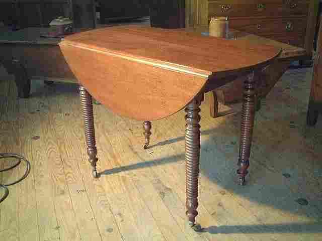 table ronde abattants en acajou pieds tourn s antiquites brocante de la tour meubles anciens. Black Bedroom Furniture Sets. Home Design Ideas