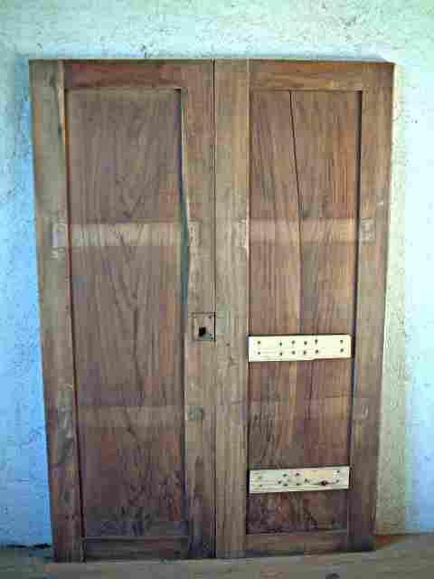 Une paire de portes en noyer restaurer louis philippe for Restaurer meuble ancien