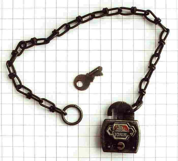 Cet antivol est constitué d'une chaîne en acier et d'un cadenas.