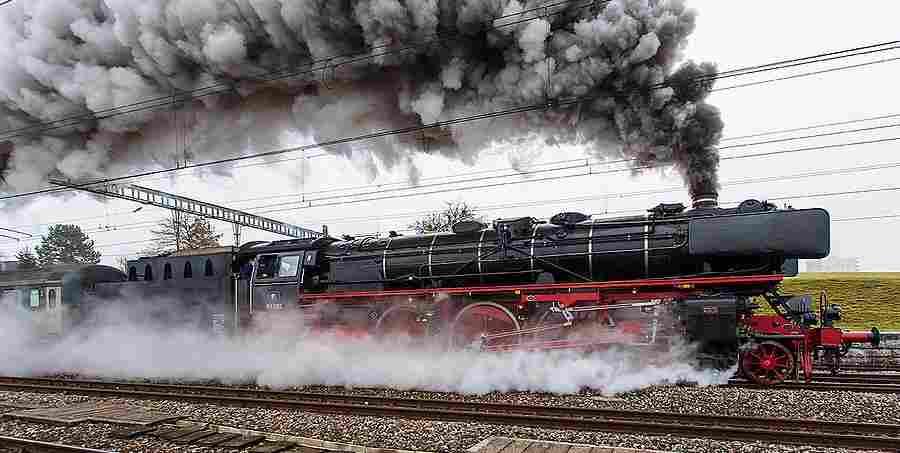Remise locos (fait maison) salie par le noir de fumées . La-Pacific-01-DB-B